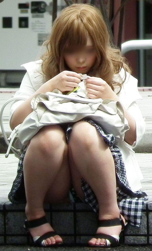 スカートの中からパンツがモロ見えになっている素人さん (18)