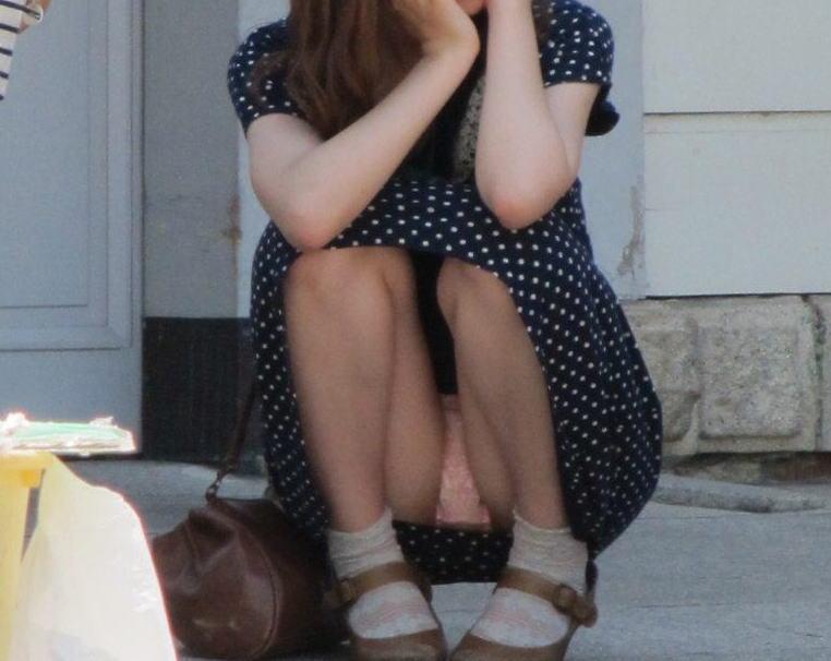 スカートの中からパンツがモロ見えになっている素人さん (15)