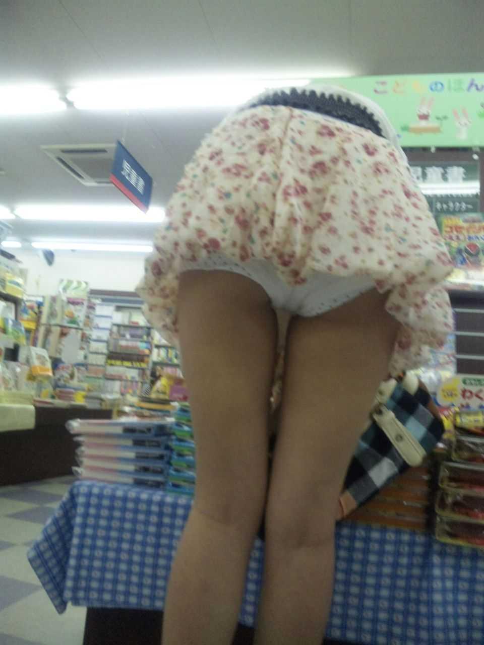 ミニスカートから下着がモロに見えてる素人さん (7)