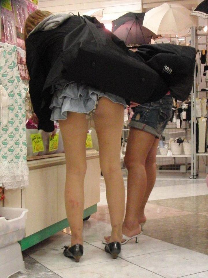 ミニスカートから下着がモロに見えてる素人さん (12)