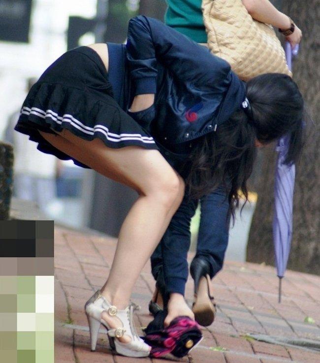 【パンチラ エロ画像】前屈みでパンツ丸見えのミニスカート姿の素人女性たち