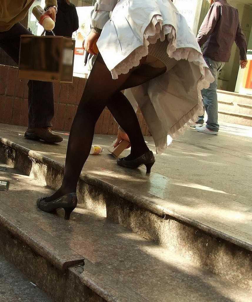 ミニスカートから下着がモロに見えてる素人さん (15)