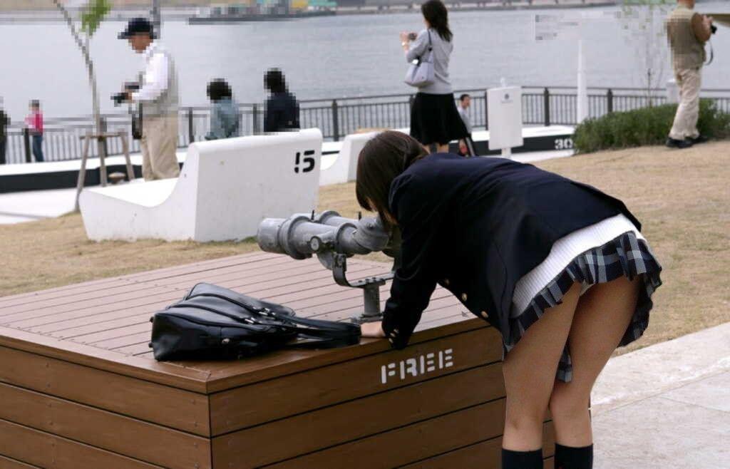 ミニスカートから下着がモロに見えてる素人さん (3)