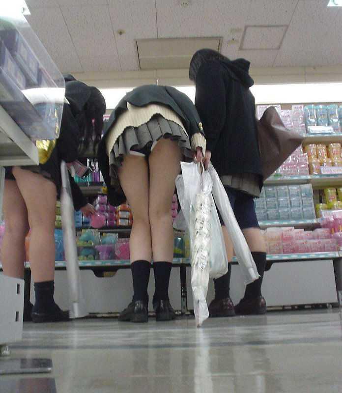 ミニスカートから下着がモロに見えてる素人さん (5)