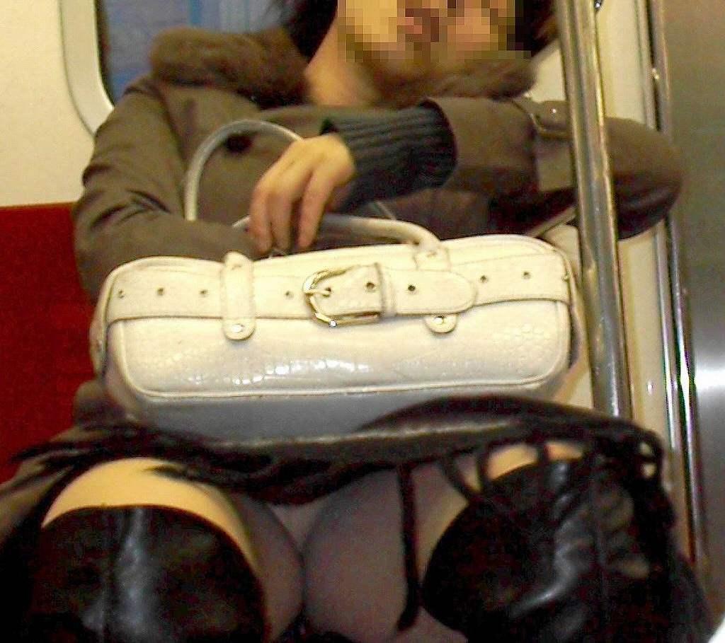 車内で下着が見えちゃった素人さん (4)
