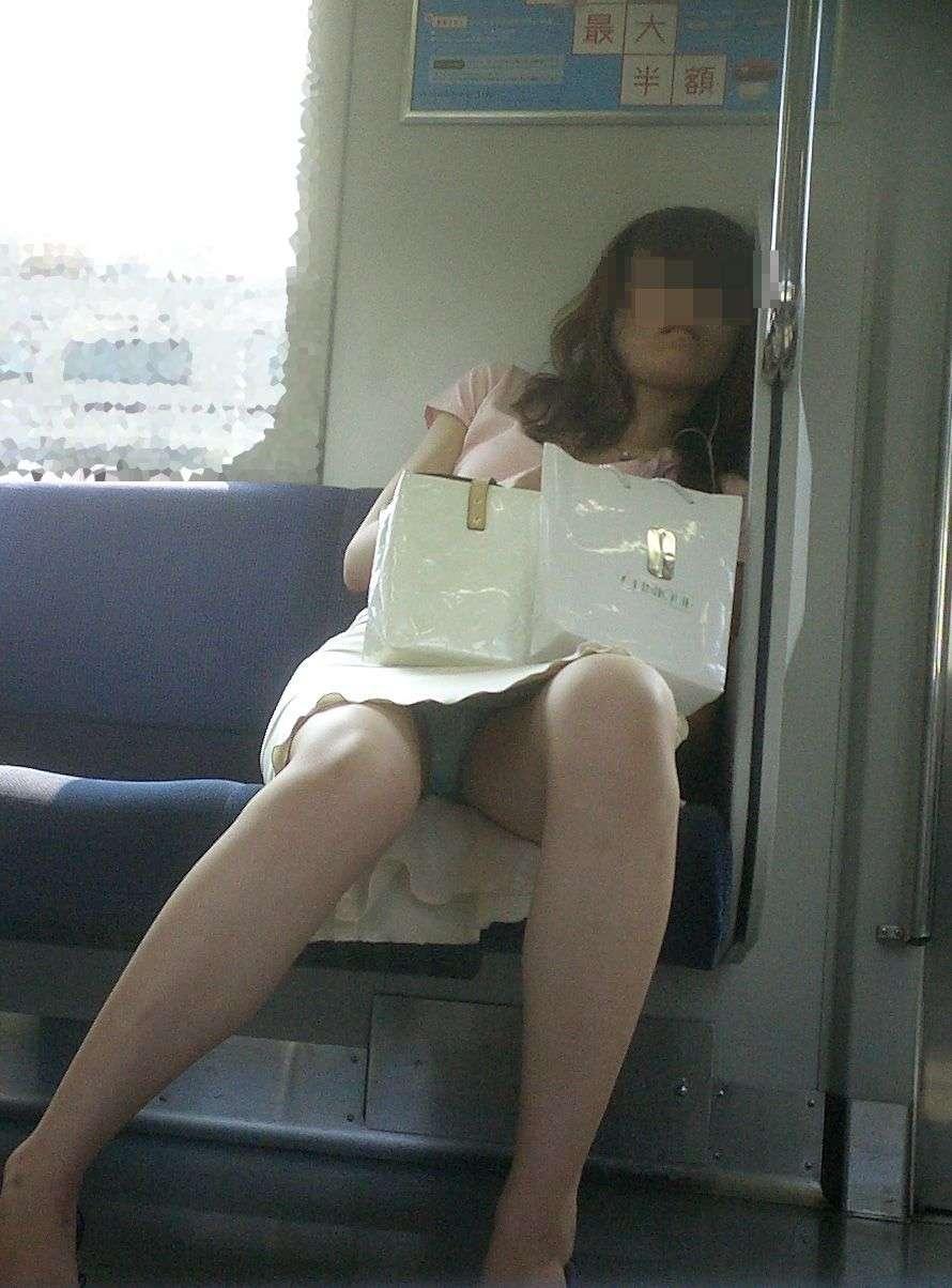 車内で下着が見えちゃった素人さん (8)