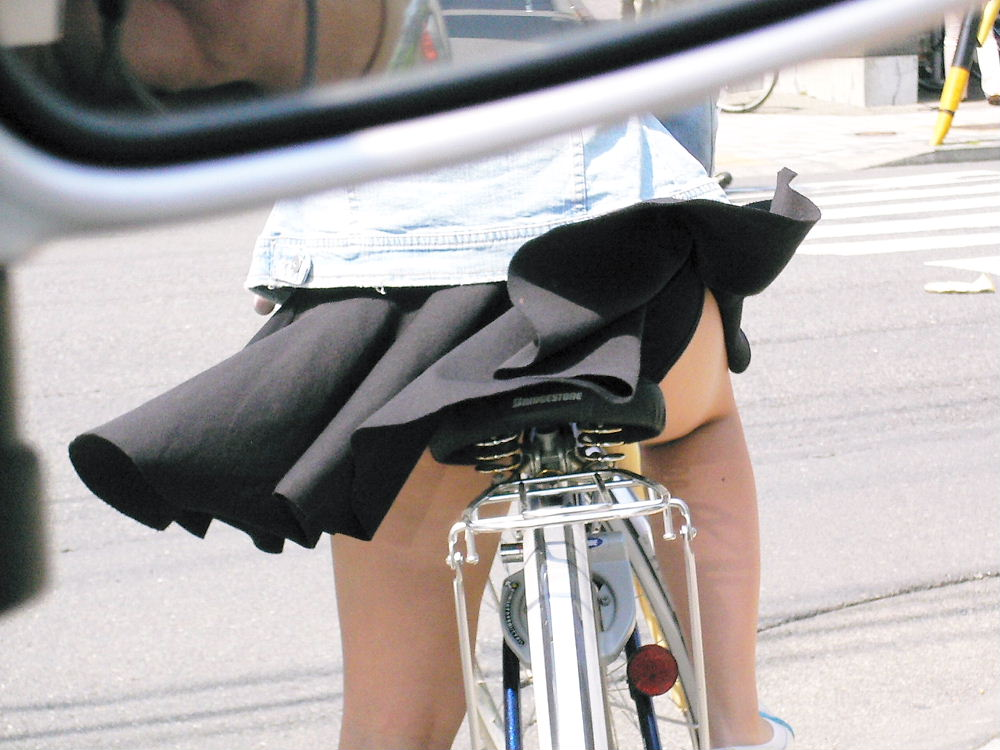 強風でスカートが捲れて下着が丸見え (10)