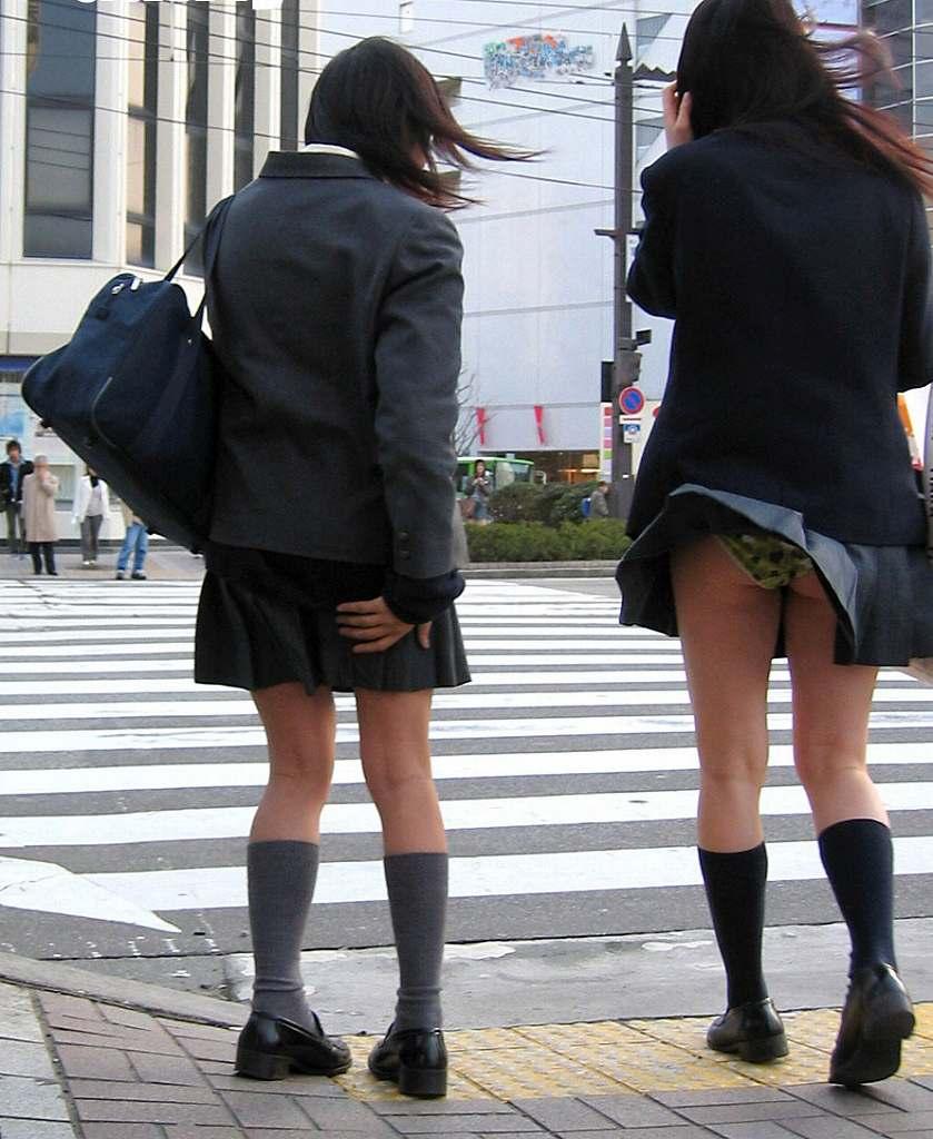 強風でスカートが捲れて下着が丸見え (4)