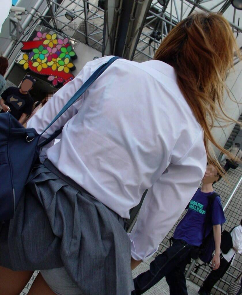 強風でスカートが捲れて下着が丸見え (6)