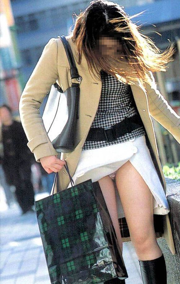 強風でスカートが捲れて下着が丸見え (7)