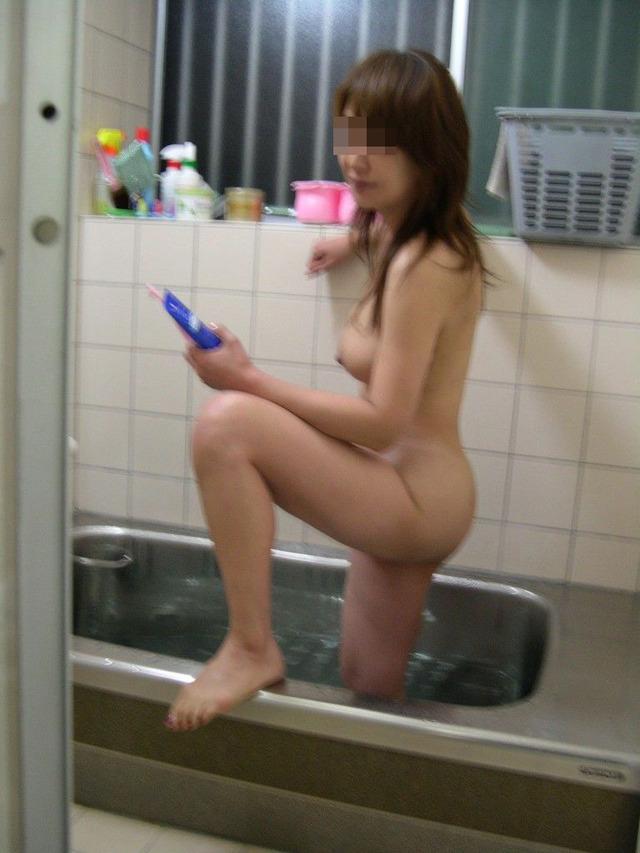 友達や彼女の素っ裸の入浴姿を隠し撮り (20)