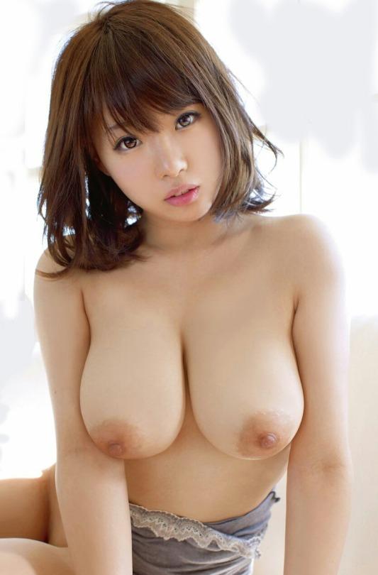 デカいのに美乳な乳房のヌード (5)