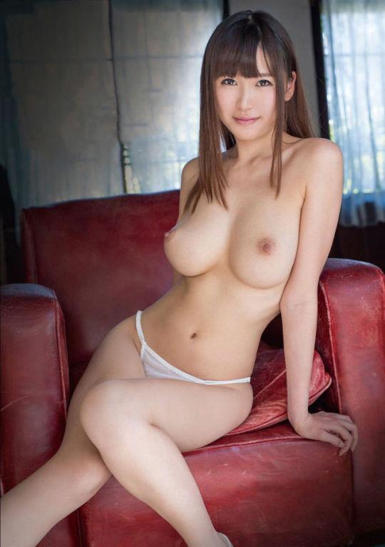 デカいのに美乳な乳房のヌード (4)