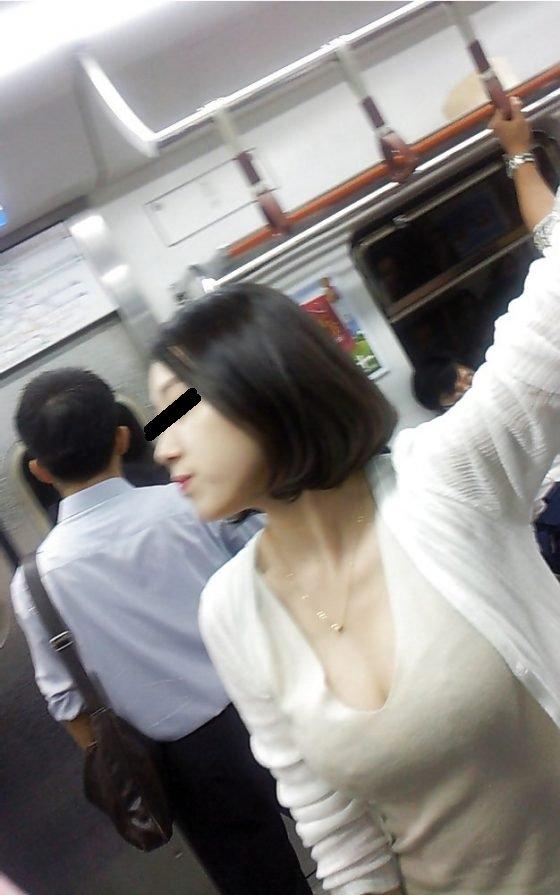車内にいたデカい乳房の素人さん (7)