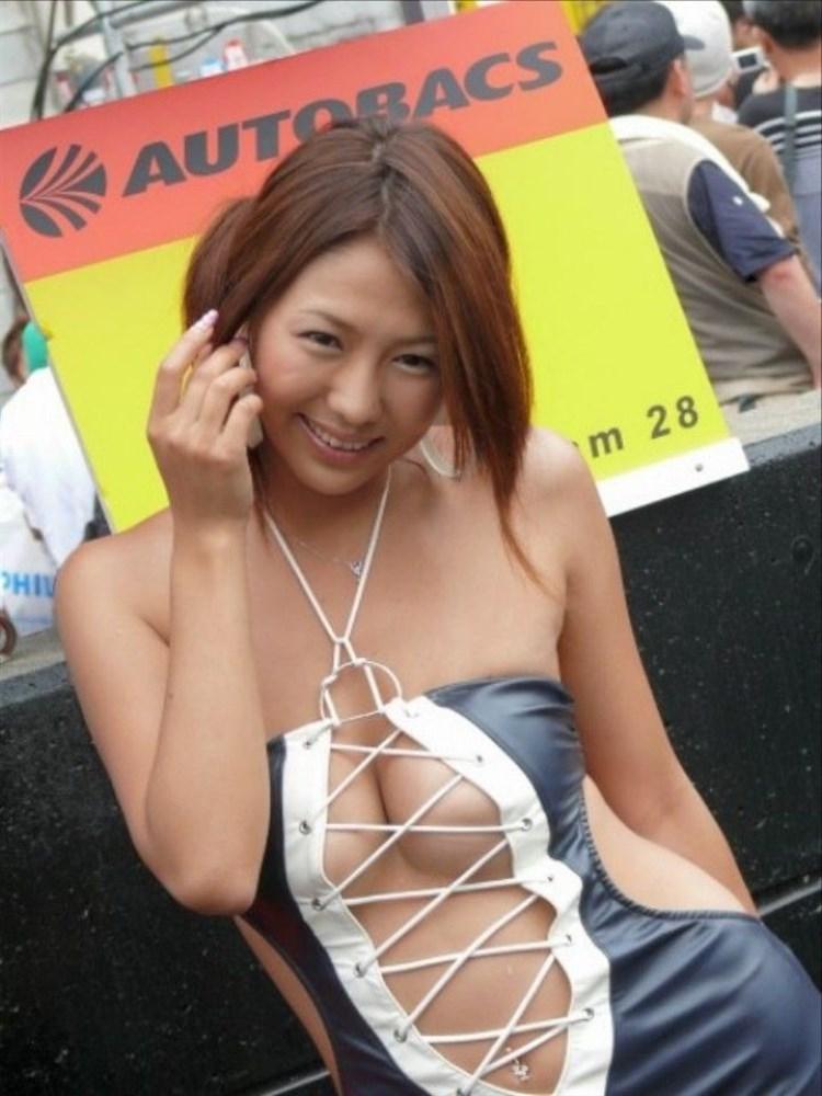 過激な衣装で乳房が見えまくりなコンパニオン (5)