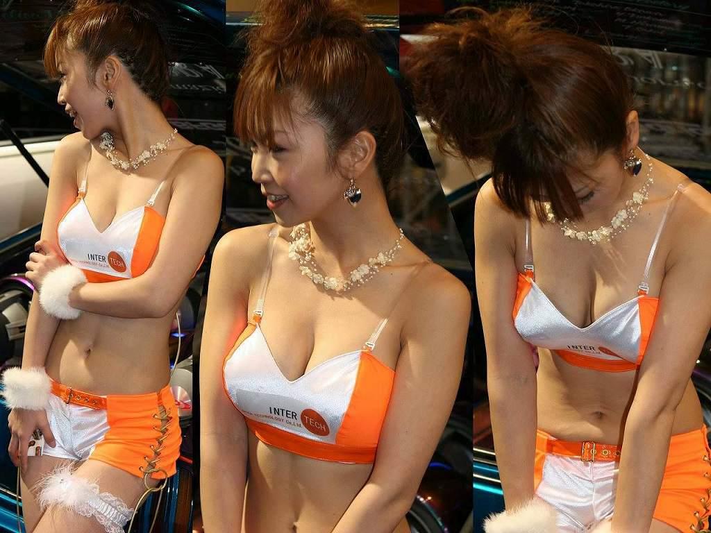 過激な衣装で乳房が見えまくりなコンパニオン (12)