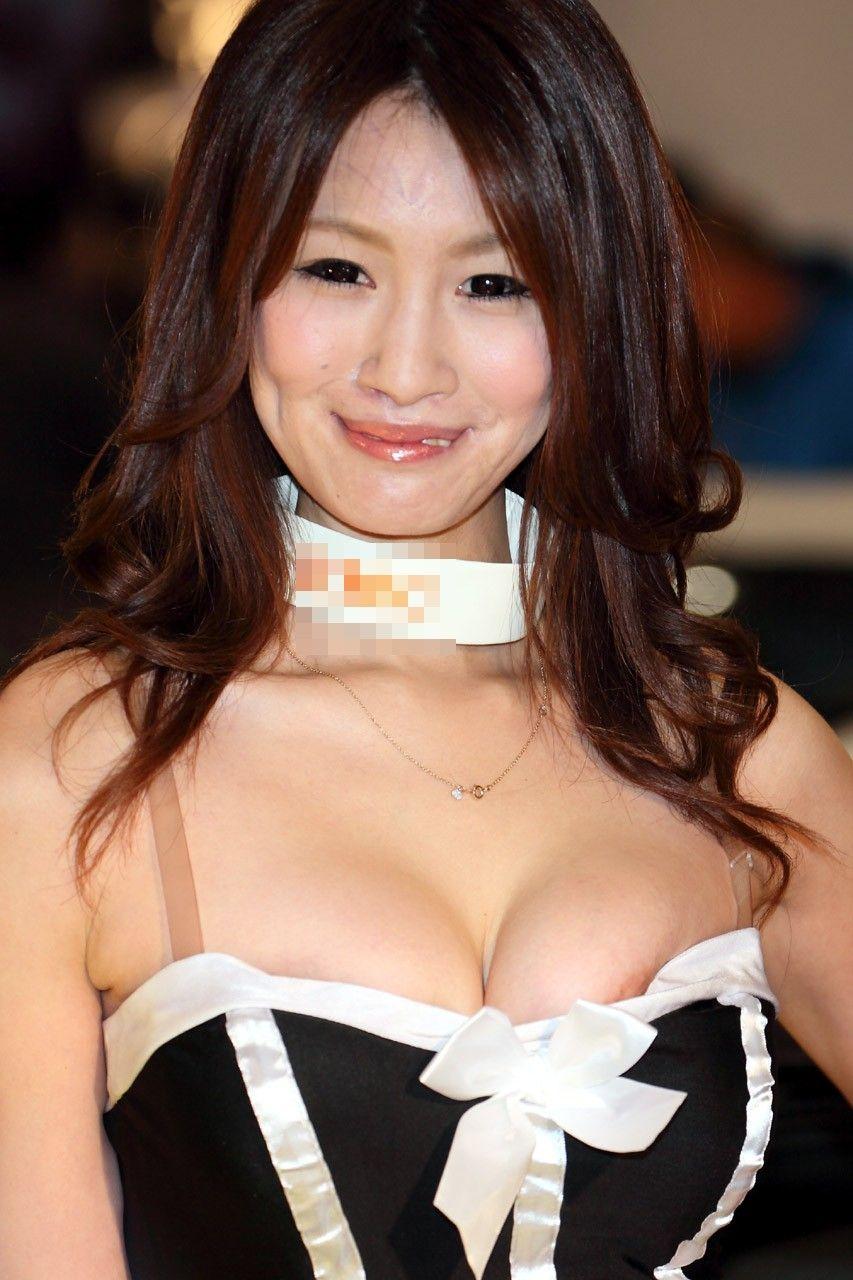 過激な衣装で乳房が見えまくりなコンパニオン (9)