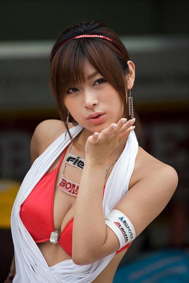 過激な衣装で乳房が見えまくりなコンパニオン (7)