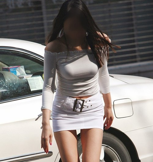 デカい乳房を揺らしながら街を歩く素人さん (1)