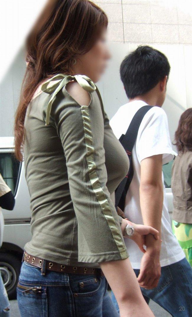 デカい乳房を揺らしながら街を歩く素人さん (5)