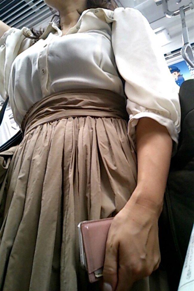デカい乳房を揺らしながら街を歩く素人さん (13)