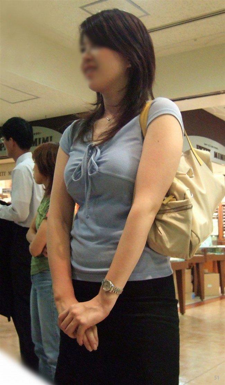 デカい乳房を揺らしながら街を歩く素人さん (4)