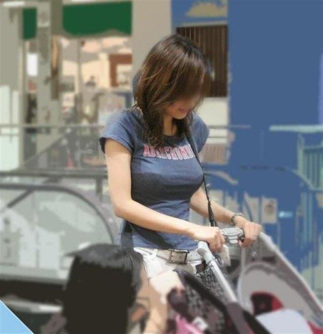 デカい乳房を揺らしながら街を歩く素人さん (15)