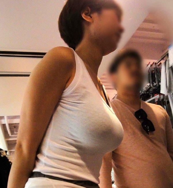 デカい乳房が目立って仕方が無い女の子 (1)