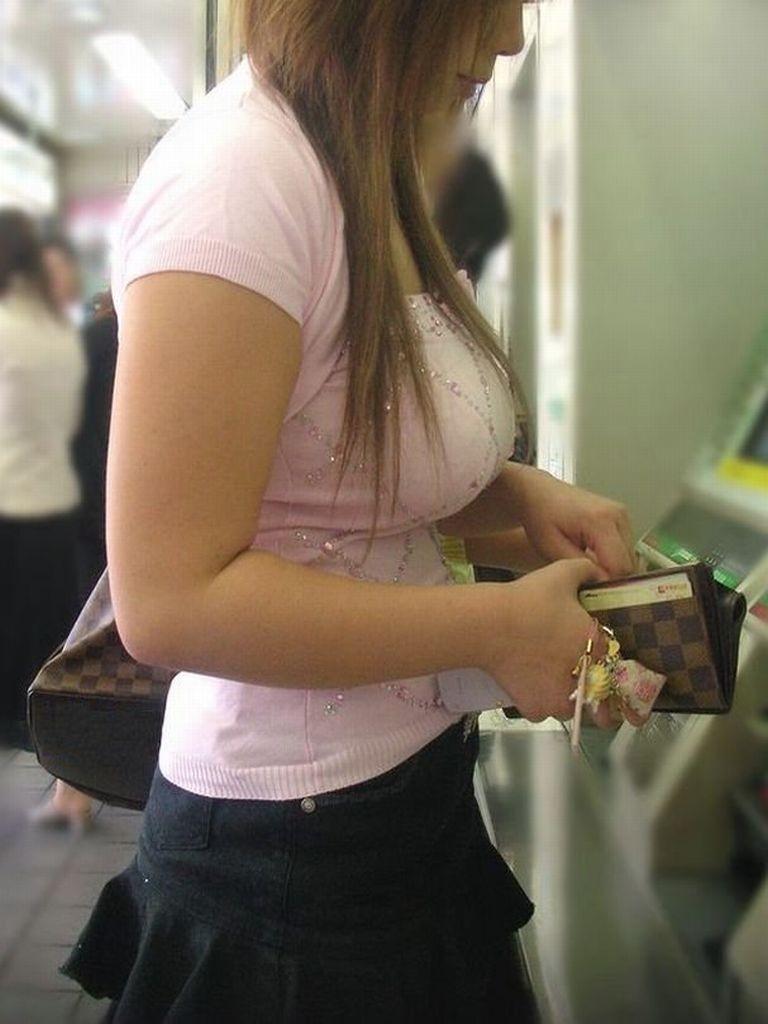 デカい乳房が目立って仕方が無い女の子 (9)