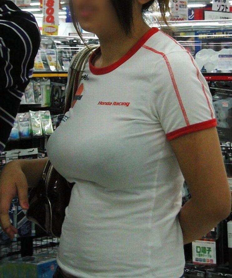 デカい乳房を隠しきれない素人さん (7)