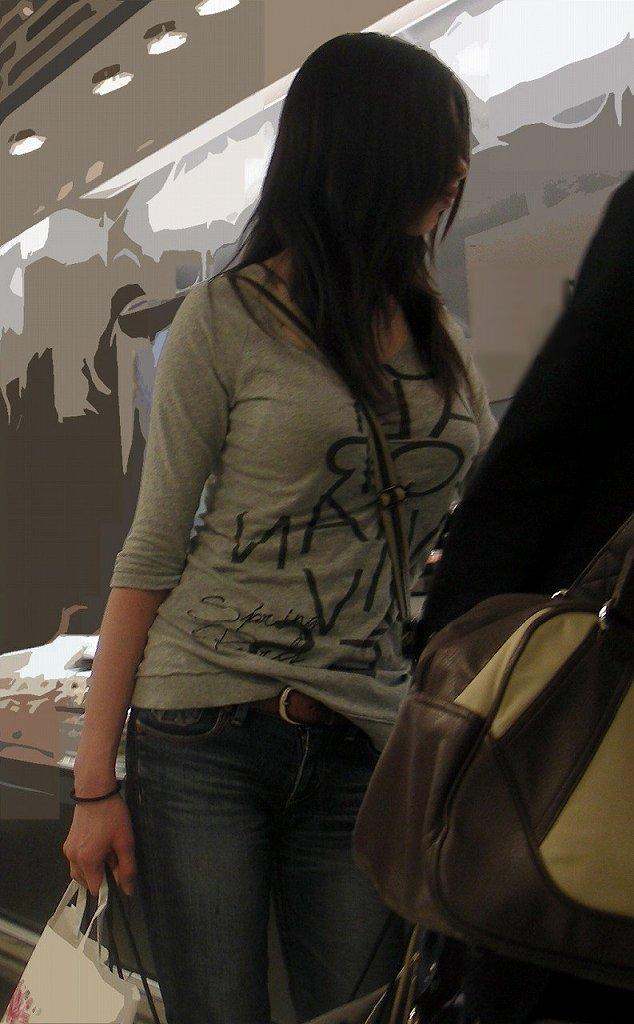 デカい乳房を隠しきれない素人さん (13)