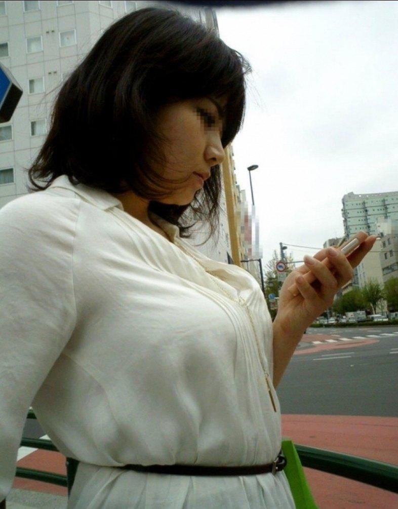 デカい乳房を隠しきれない素人さん (16)