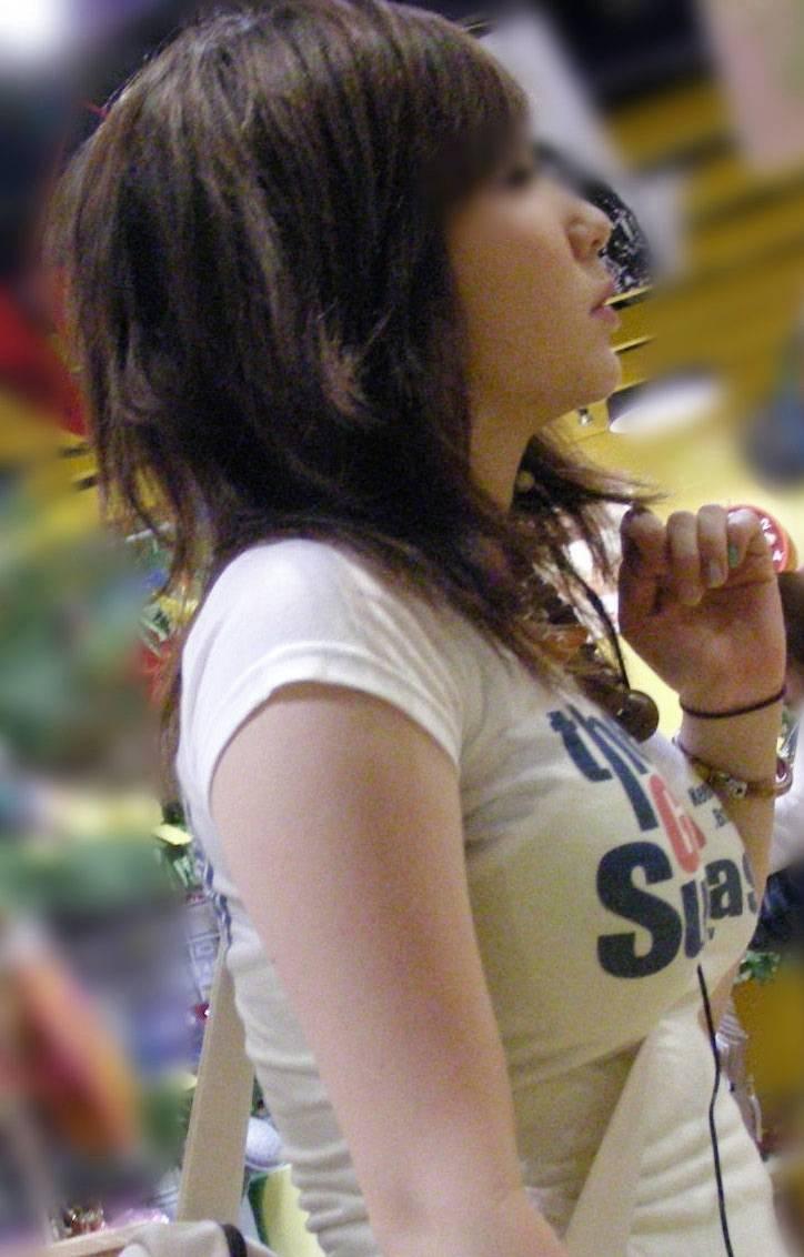デカい乳房を隠しきれない素人さん (19)