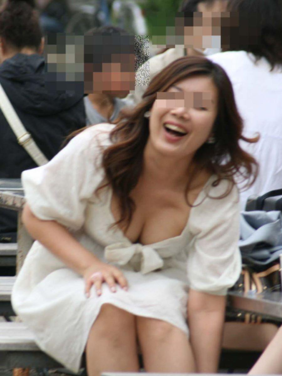 乳房とか乳首が見えまくってる素人さん (7)
