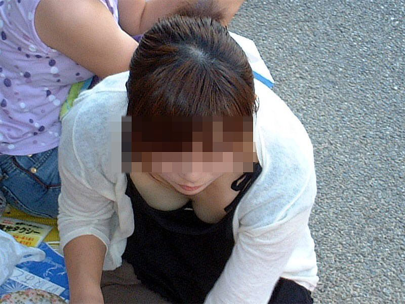 乳房とか乳首がチラチラ見えてる素人さん (16)