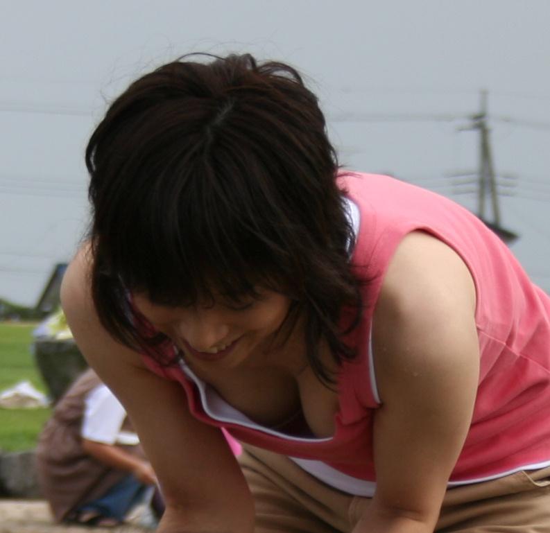 乳房とか乳首がチラチラ見えてる素人さん (11)
