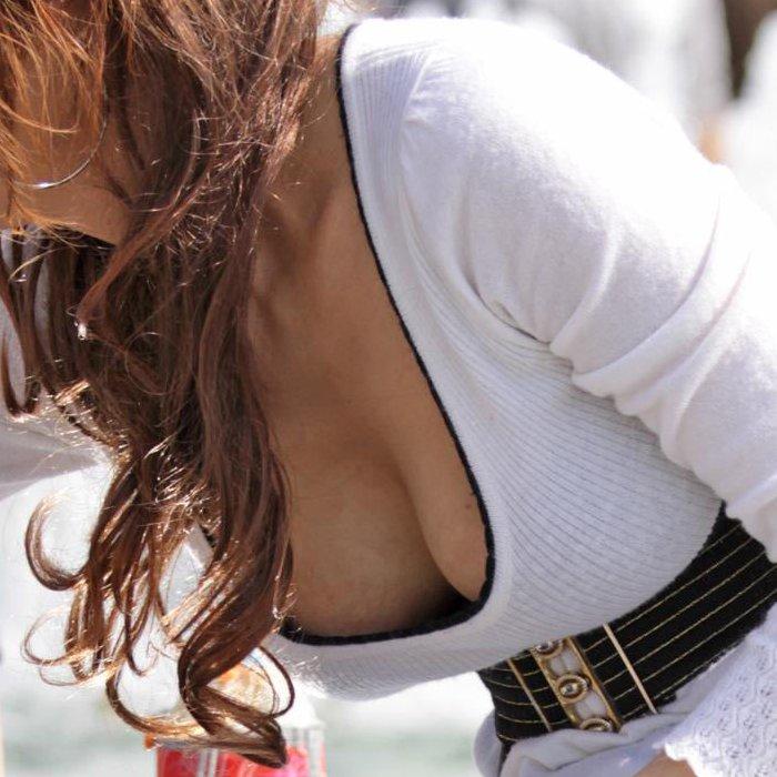 素人さんの胸元から乳房がチラチラ (1)