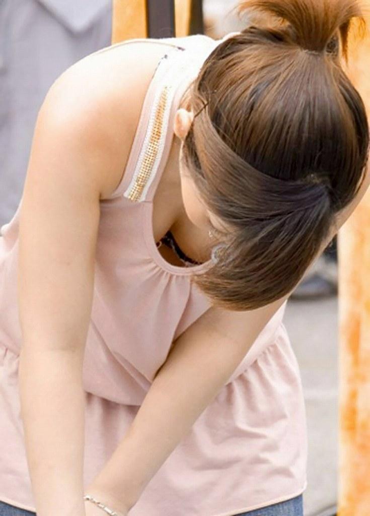 素人さんの胸元から乳房がチラチラ (12)
