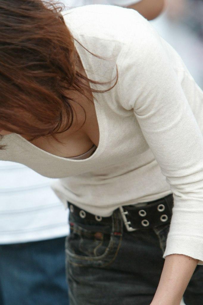 素人さんの胸元から乳房がチラチラ (15)