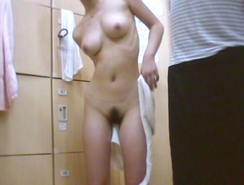 更衣室で服を脱ぎ、裸になる素人さん (2)