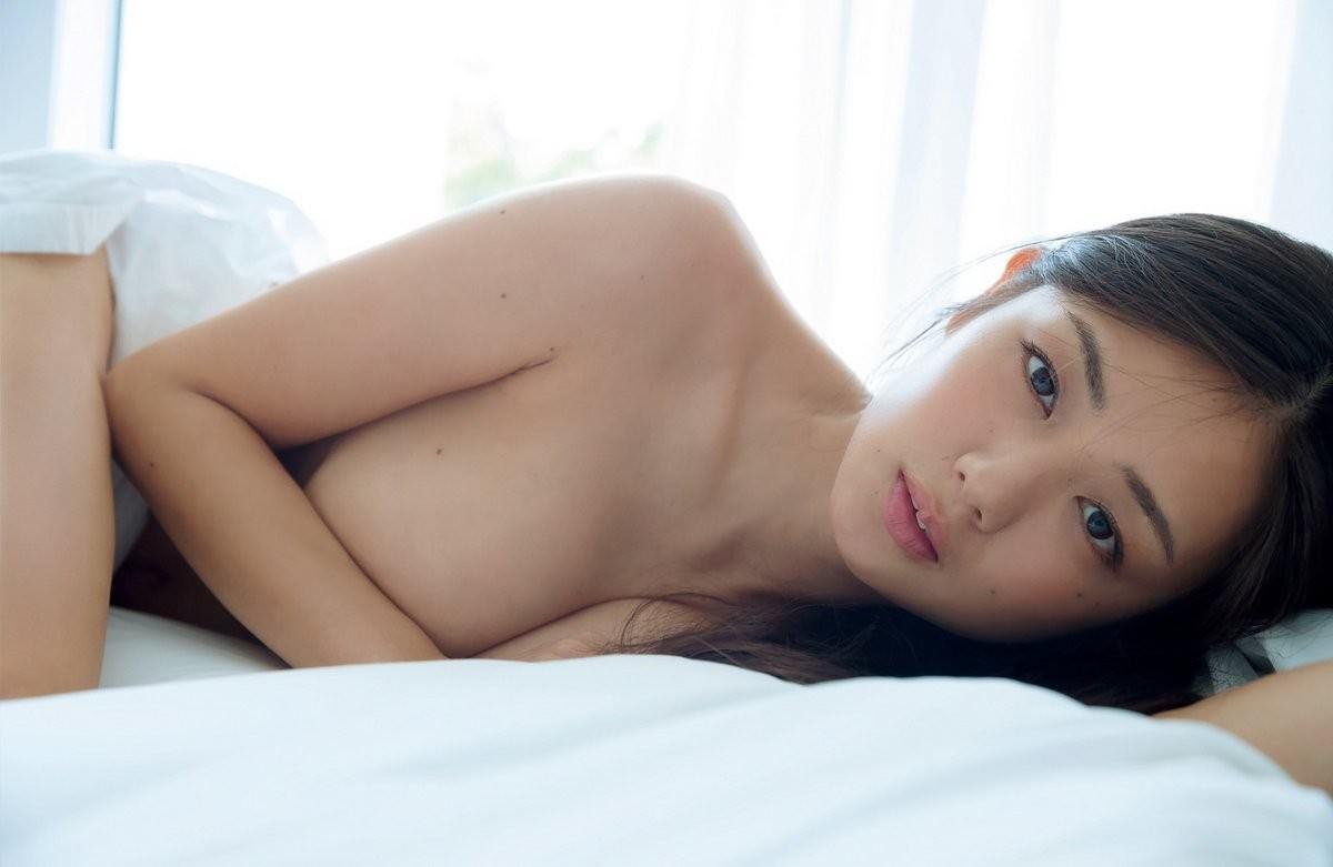 可愛くてナイスバディな芸能人が全裸になっちゃう (13)