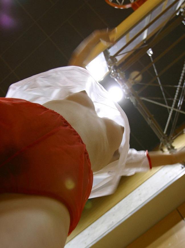 下からの角度で見る美乳の乳房 (13)