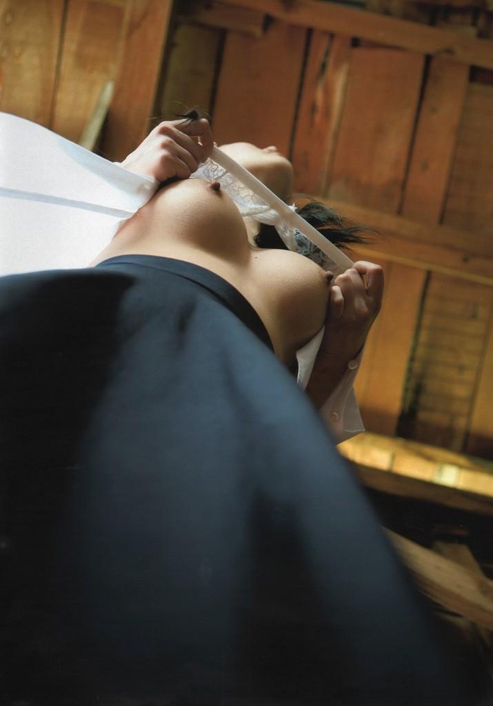 下からの角度で見る美乳の乳房 (10)
