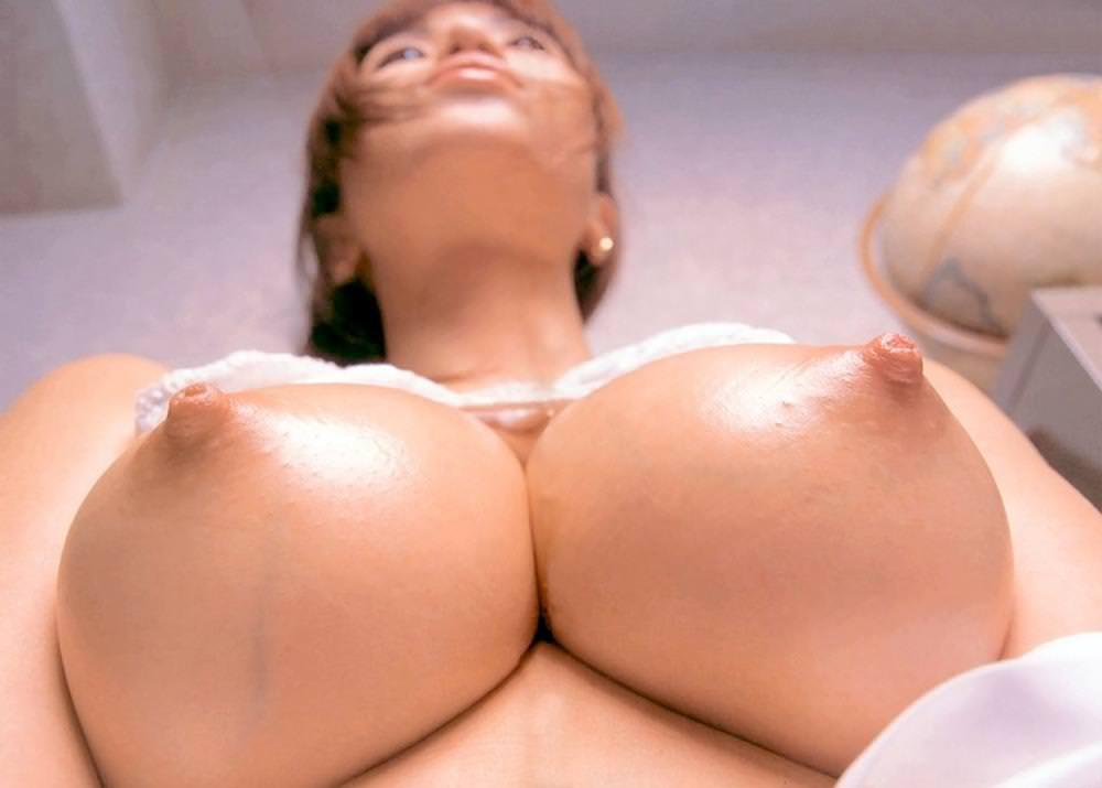 下からの角度で見る美乳の乳房 (3)