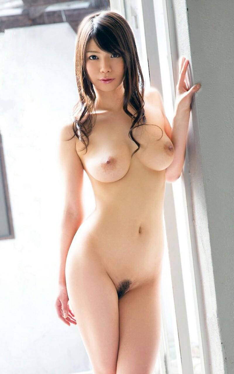 巨乳とクビレた腰の対比が見事な全裸姿 (7)