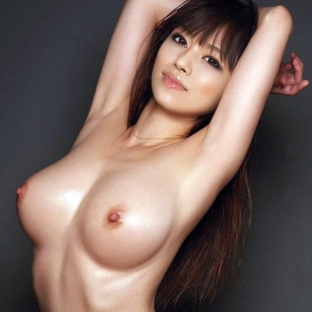 巨乳とクビレた腰の対比が見事な全裸姿 (1)