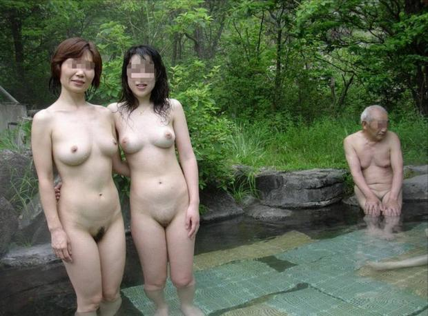 露天風呂に入浴してる素っ裸の彼女を撮影 (8)