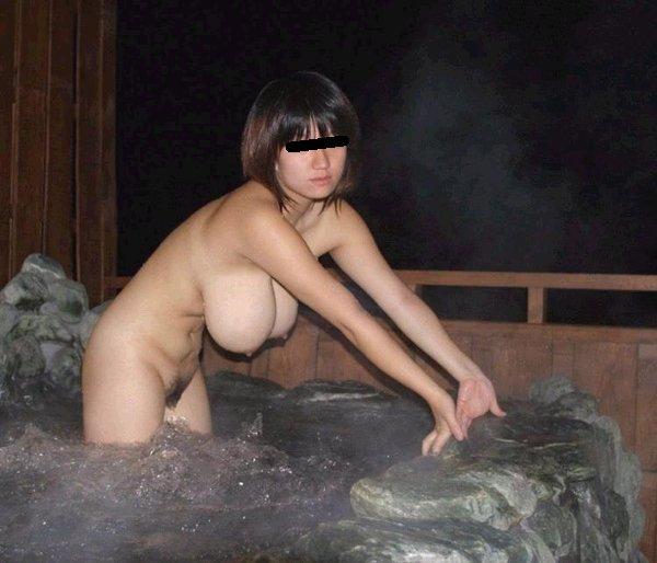 露天風呂に入浴してる素っ裸の彼女を撮影 (18)