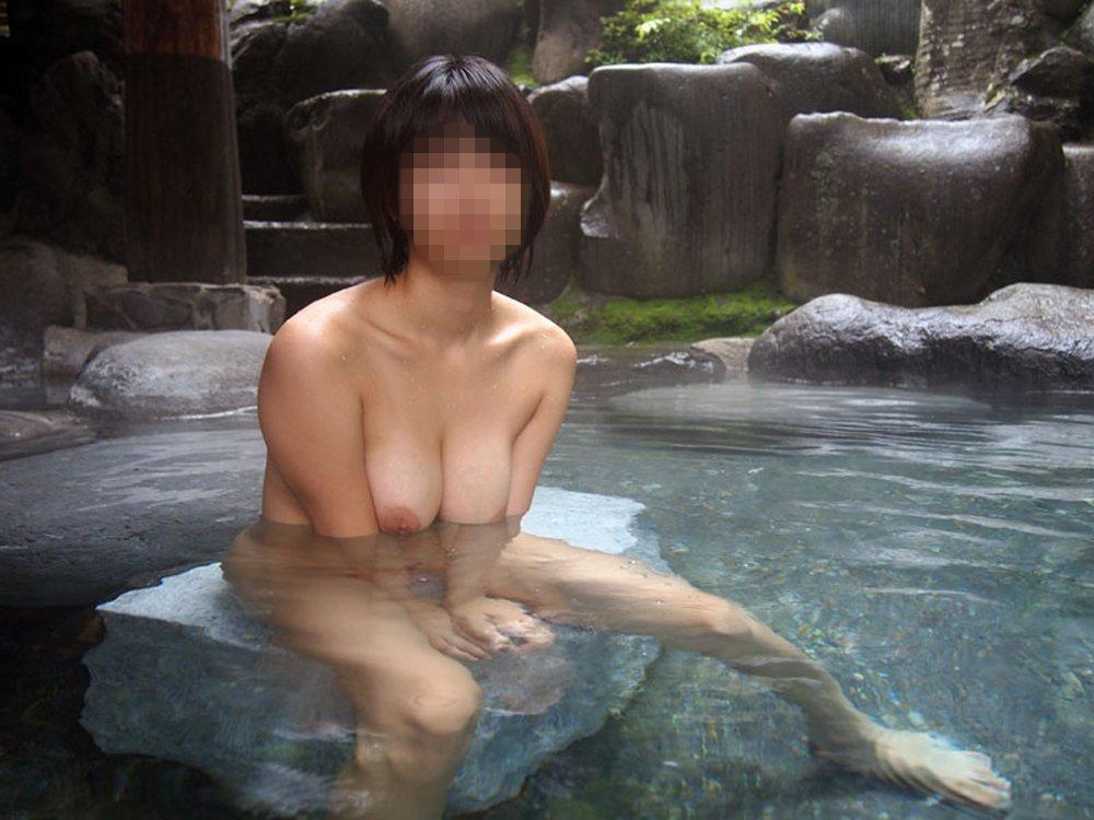 露天風呂に入浴してる素っ裸の彼女を撮影 (16)