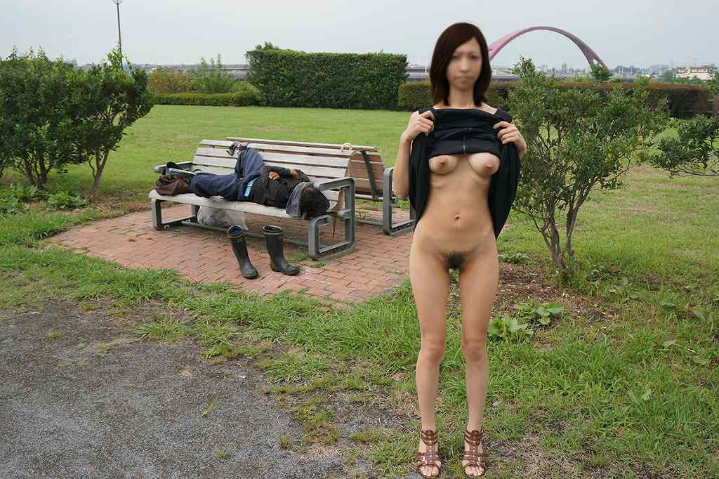 屋外でも関係無く素っ裸になっちゃう素人さん (14)